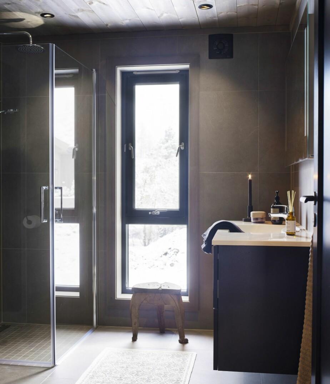 LYST OG MØRKT: Selv om badene er holdt i mørke farger, fremstår de som lyse fordi vinduet også slipper inn dagslys på gulvet.