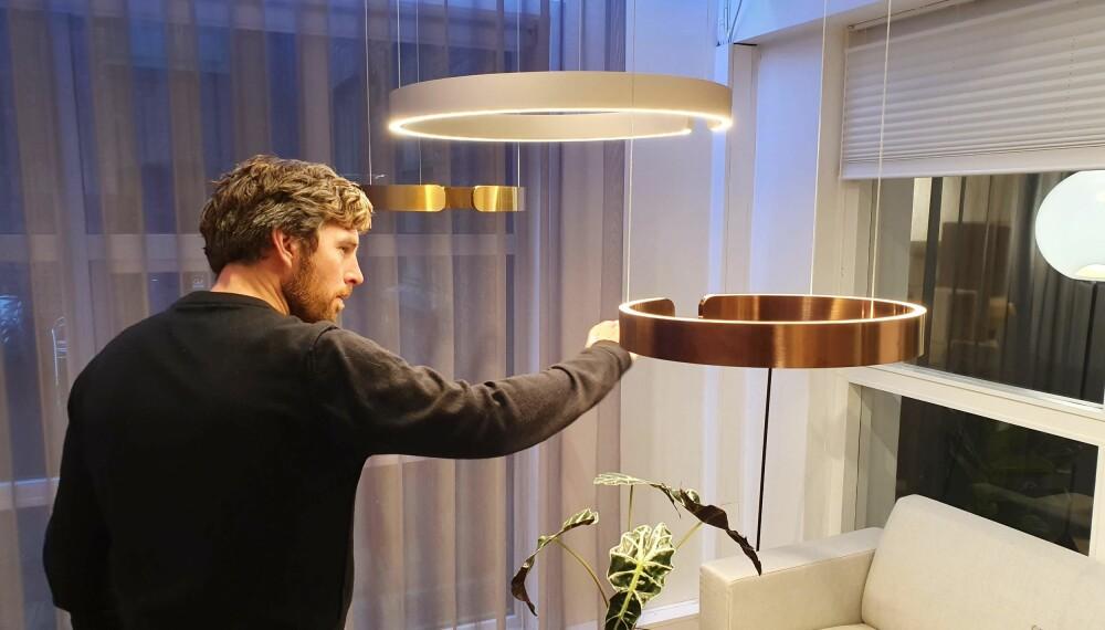 AVANSERT: Kenneth Fossum viser hvordan han kan skru opp og ned lyset i denne LED-lampen kun ved hjelp av håndbevegelser.