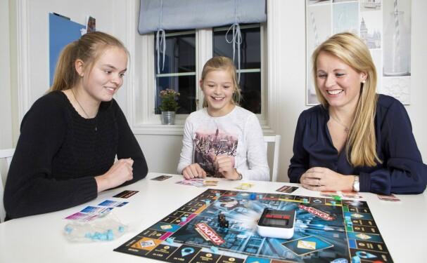 <b>NÆRE BÅND: </b>Vibecke synes det var sterkt å møte igjen døtrene Malene og Ella Marie etter innspillingen.
