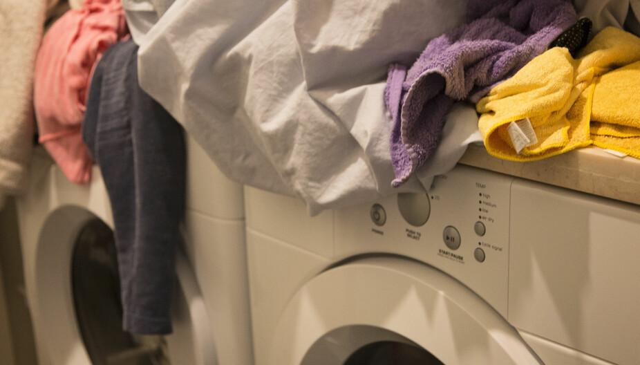 DET EVIGE KRETSLØP: Hæ? Er skittentøyskurven full igjen? Og du som ikke en gang har rukket å rydde inn de rene, tørre klærne. Mange har et anstrengt forhold til klesvask, men disse tipsene kan forhåpentligvis hjelpe.