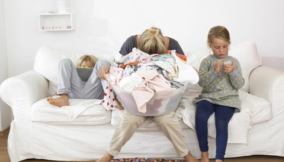 FORDEL OPPGAVENE: Dersom hele familien hjelper til, blir arbeidet med klesvasken lettere.