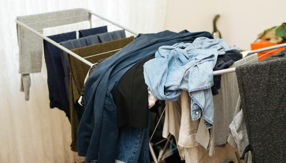 NEI: Man bør helst ikke tørke klesvasken på soverommet.