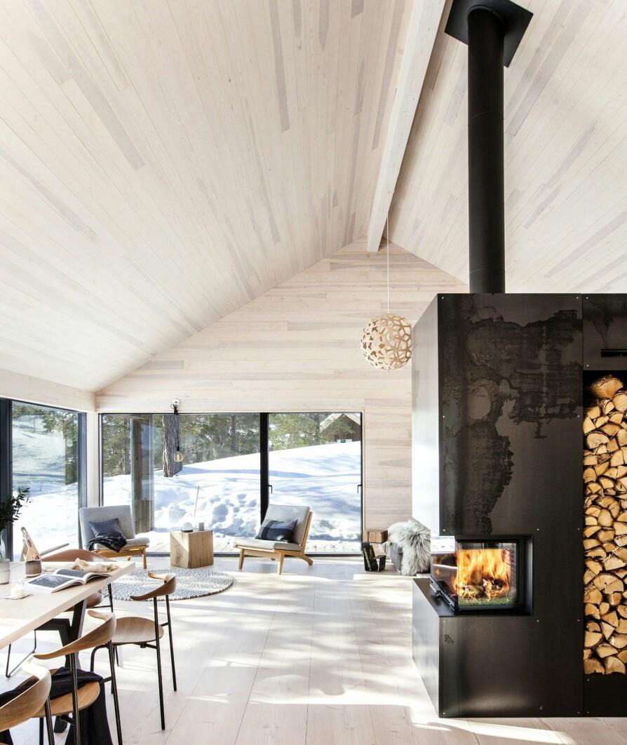 ALLROM: Oppholdssonen i hytta består av et stort allrom med kjøkken, spiseplass, en sitteplass og sofakrok.