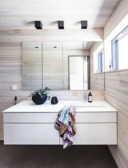 BAD: På badet er det brukt samme treverk til tak og vegger som ellers i hytta, gulvflisene heter Concrete Project og er fra Imola Ceramica. Servantskapet fant de på fra www.benkeplaten.as. Taklampene heter Box Ceiling 1.0 og er fra Wever & Ducre.