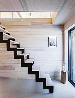 EGET DESIGN: Trappen er egen design og tegnet av Roar som bestilte stålvanger og fikk sveiset den på et lokalt, mekanisk verksted. Deretter monterte han trappetrinn i Dinesen Douglasgran som er behandlet med lut og hvit olje.