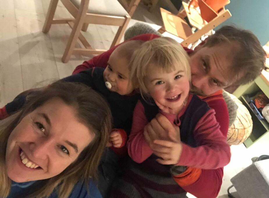 LEI PRESS OG STRESS: Ida og Tom Halvor har huset fullt av leker og klær, og skjønner ikke hvorfor man skal drukne barna i julegaver. Noen leker går dessuten fort i stykker, og havner derfor i søpla i løpet av kort tid, innrømmer familien.