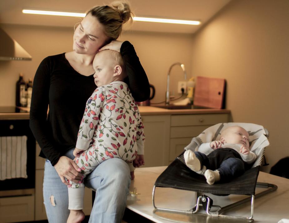 MOR OG SØNN GRÅT I KOR: Den lille sønnen til Sala Haga Nilsen skrek av sult, mens mor hadde uutholdelige smerter. For Nilsen ble forsøket på å få til ammingen verre enn fødselen i seg selv. Da hun fikk lille Lennox ga hun alt enda en gang, men endte til slutt med sin egen, personlige amme.