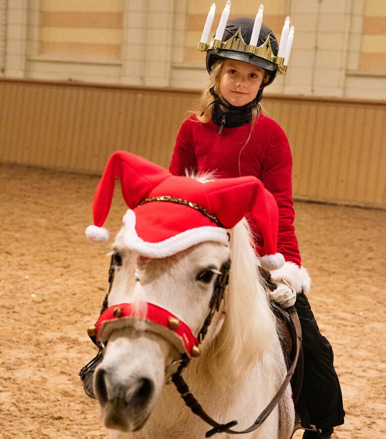 <b>NISSEHEST:</b> Mens Estelle har fått luciakrone utenpå ridehjelmen, har ponnien Viktor fått på seg en fin nisselue med to dusker.