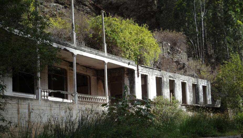 GJENGRODD: Badehotelelt er for lengst stengt, og mer og mer gjengrodd, men det er et fascinerende skue der det ligger omgitt av det trolske landskapet i naturreservatet Barranco de Azuaje.