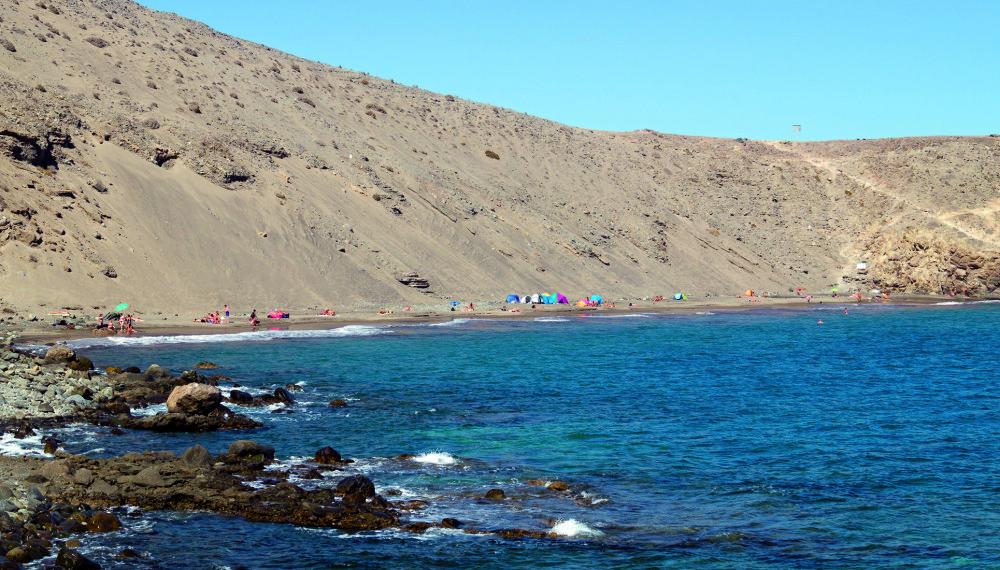 SÆREGEN: Playa Montaña Arena kjennetegnes av den enorme sanddynen i bakkant. Den er også populær blant nudister.