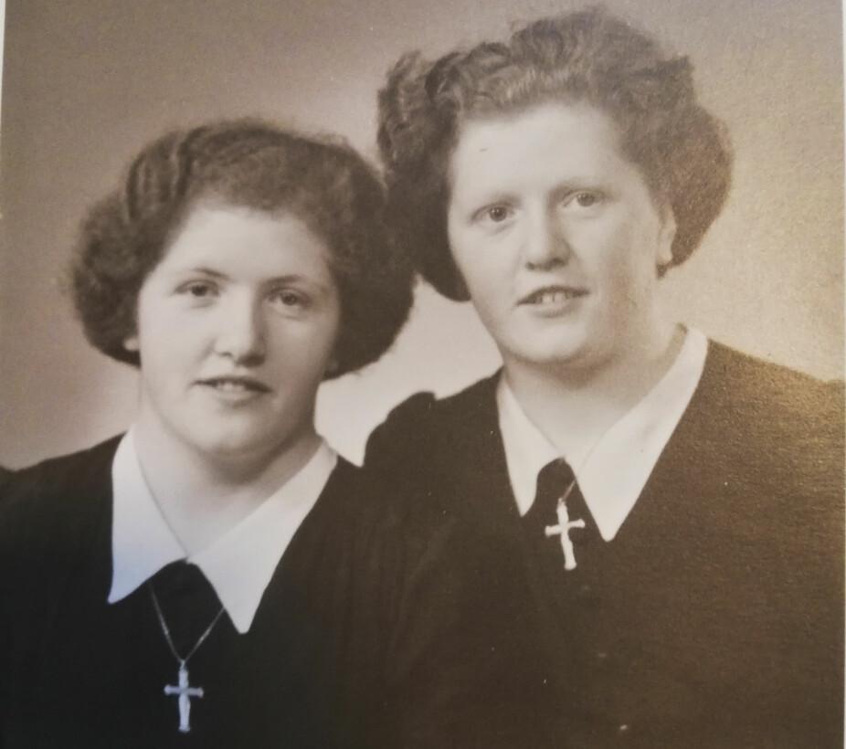 <b>NYKONFIRMERTE:</b> Bildet er tatt like etter konfirmasjon, og tvillingene har allerede strikket i mange år, både til seg selv og de andre i familien.