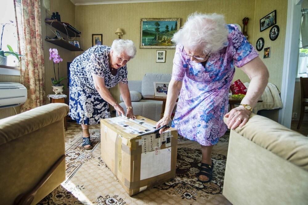 <b>GARNKASSE I POSTEN:</b> Det er like spennende hver gang, synes Agnes og Hilda når de får den store garnpakka fra Husfliden levert på døra av postmannen. Da fordeler tvillingsøstrene garn og mønster seg imellom, og de storkoser seg med nye oppdrag.