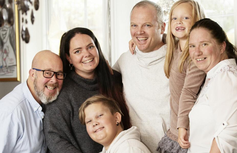 RAUSHET OG STOR TAKHØYDE: Da Kent Eliasson (t.v) og Linn Ekstrøm gikk fra hverandre, ønsket de å samarbeide godt om sønnen Sander. De valgte å dele enebolig, der de bor i hver sin etasje - og hvert år feirer de jul sammen. Til høyre for Linn står samboeren hennes i dag, Geir Vold, Lillabelle som er Linn og Geirs datter, og May Britt Enersen, kjæresten til Kent.