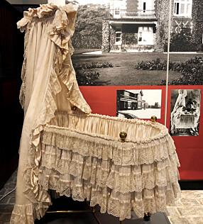 <b>ENGELSKE BLONDER:</b> Vuggen til vår Kong Olav, sto på Appleton, men er i dag et klenodium i De kongelige samlinger. Se den på utstillingen i dronningens Kunststall.