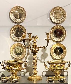 <b>GAVEDRYSS FRA FOLKET:</b> Kongeparet mottok gaver fra institusjoner, organisasjoner og enkeltpersoner fra hele landet. Mange av ankomstgavene er flotte sølvgjenstander, som dette middagsserviset i sølv forgylt med <br>24 karat gull.