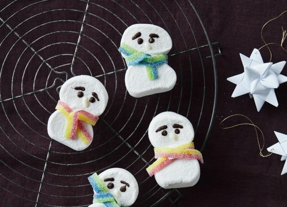 SNØMANNEN KALLE: Ikke spis opp alle skjerfene før de er festet på den kalde snømannen!