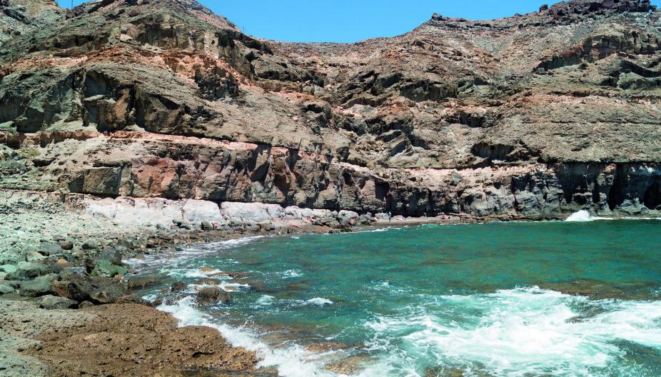 STEINSTRAND: Playa Tiritaña er preget av stein. Det kan være utfordrende å bade når det er høyvann, påpeker forfatteren.