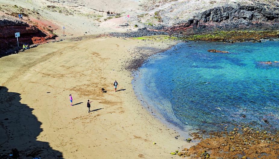 SKJULT PERLE: Playa de Aguadulce er en liten, avsidesliggende strand inne i en bukt. mens du bader og soler deg har du blant annet god utsikt til flytrafikken, men sjekk gjerne vindretning og vindstyrke før du legger turen dit.