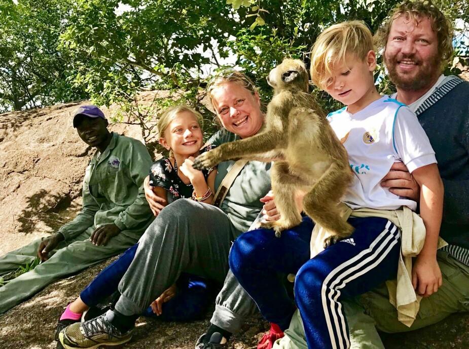 <b>DYREPASSERE:</b> Lange lufteturer og lek med de minste bavianene var en del av det daglige arbeidet. Her sammen med dyrepasser Dingani og bavianen Darrel.