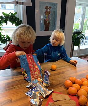 TRADISJON: Alfred og Anton koser seg med forberedelser til årets matpakkeutdeling. Hele familien setter stor pris på denne førjulstradisjonen.