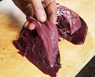 <b>SLIP UTSTYRET:</b> Skjær brystet av skroget med en tynn, skarp kniv. Følg ryggbenet til filetene løsner fra skroget.