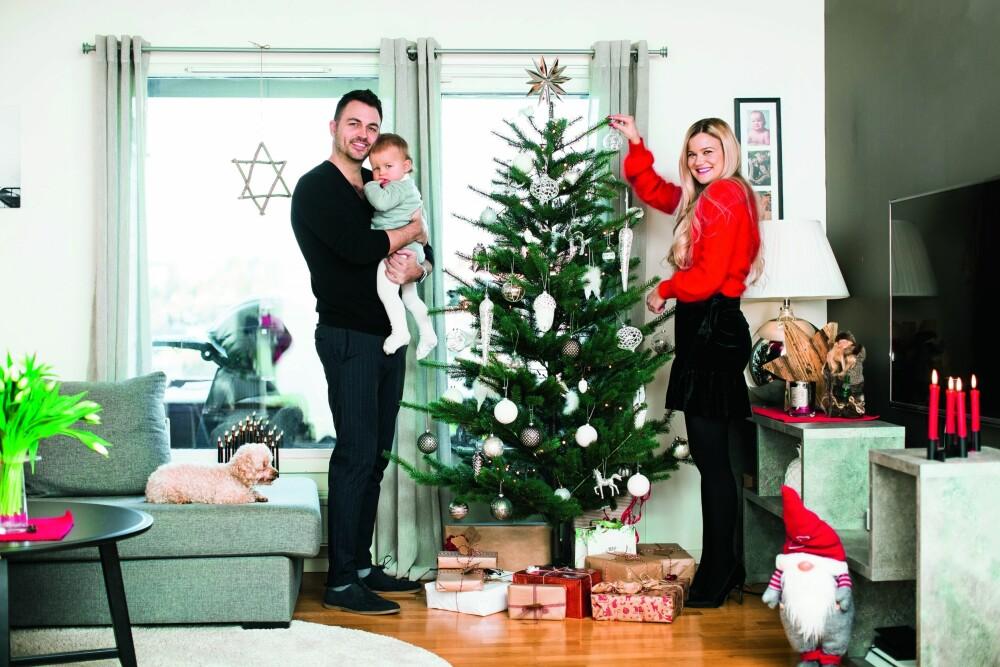 JUL MED FAMILIEN: Sandra pynter juletreet hjemme på Skøyen, og ser frem til å feire jul med forloveden Lasse og sønnen Sander.