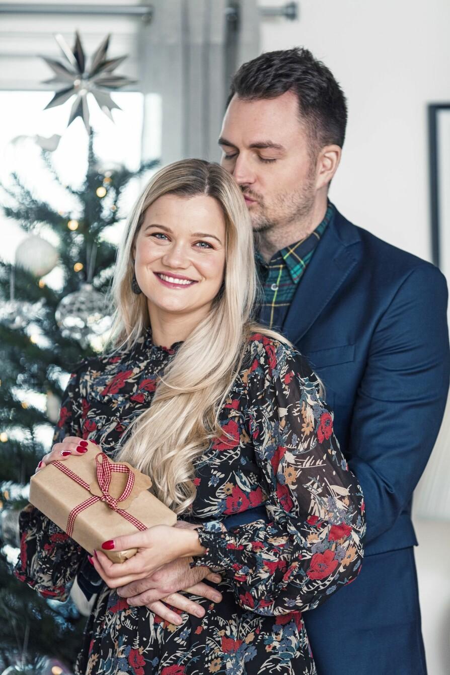 LYKKELIG: Sandra stråler av lykke, og hun og forloveden Lasse er svært fornøyd med å feire jul etter å ha gjennomgått et tøft år.