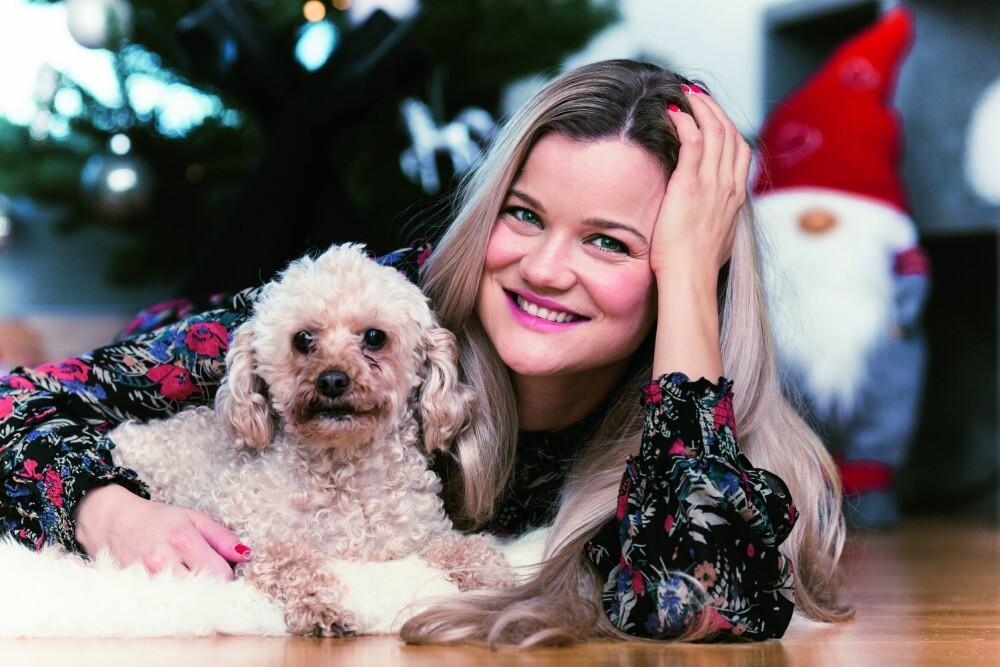 """HJELPER ANDRE: Sandra har skrevet sangen """"Julefantasi"""" om folk som ikke har det så godt i julen, og hun passer selv på å ringe til mennesker som sliter."""