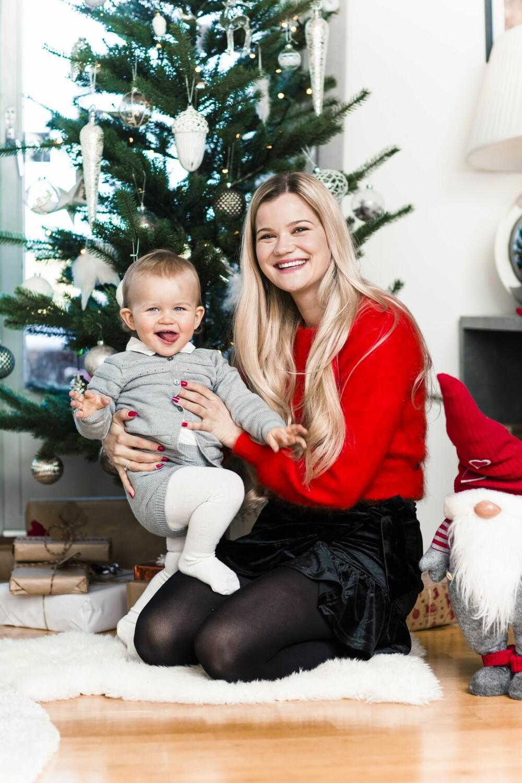 HJEMMEKOS: Artisten storkoser seg med å være mamma til lille Sander.