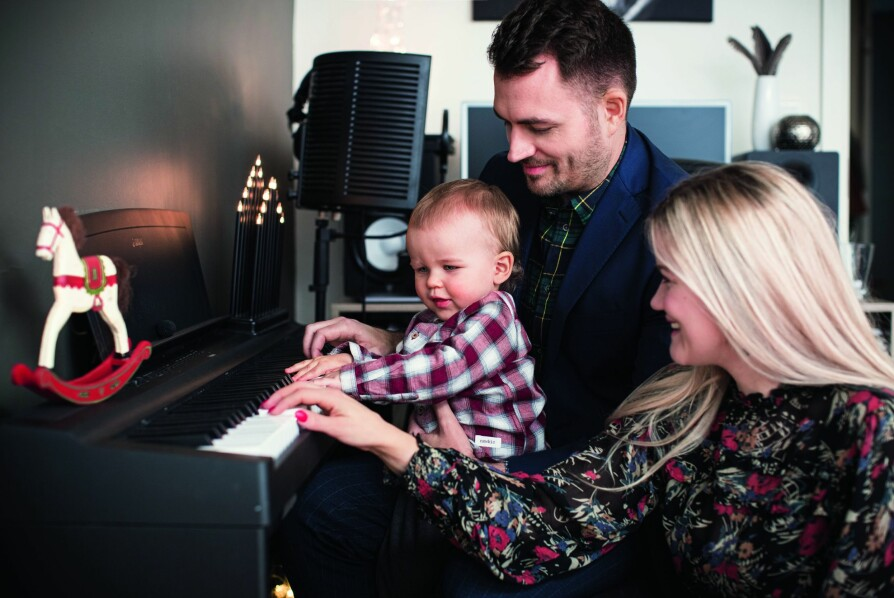 MUSIKALSK FAMILIE: Lasse spiller piano mens lille Sander og artist-moren Sandra følger med på notene.