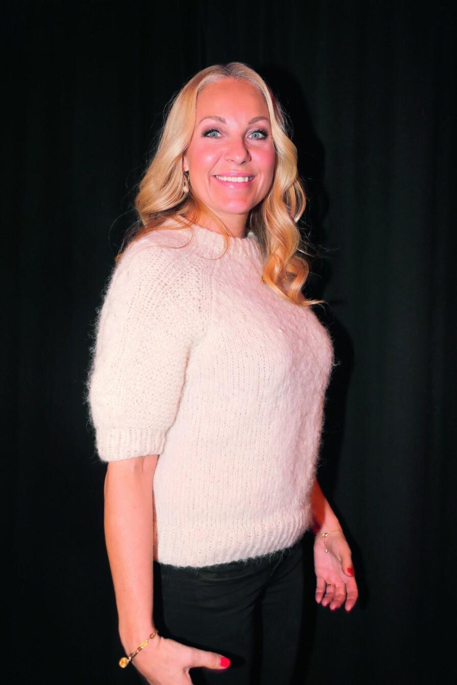 <b><BR/><BR/>GLEDER SEG:</b> I en nydelig genser strikket av sin venninne (@kupoongknitwear), strålte gifteklare Janne Formoe på Discoverys vårlansering.