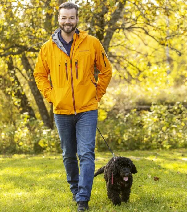 <b>MOSJON: </b>TV-profilen går daglige turer i skogen med familiehunden Molly som er en Cockapoo. – Hun er god å ha og fungerer utmerket som terapihund, sier Winger.