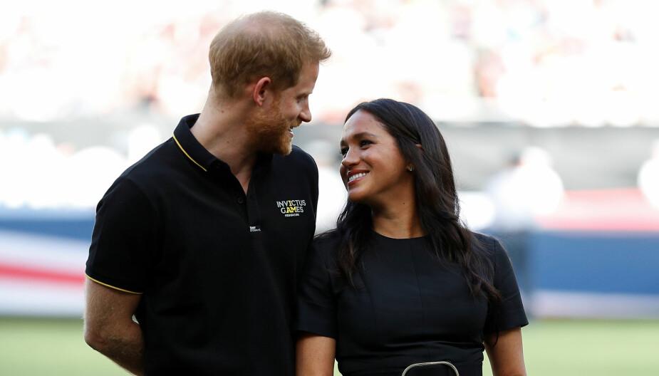 Harry og Meghan ønsker å bo både i Canada og England. Dronning Elizabeth varsler at ordningen kan bli komplisert,