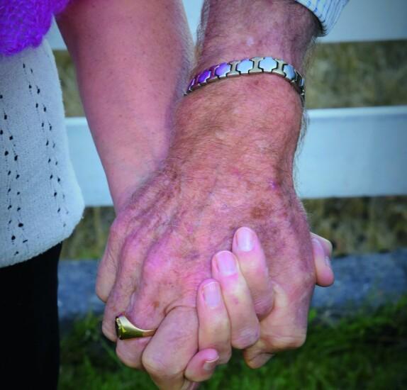 <b>TRYGGHET:</b> Også for 78-åringer gir det trygghet å ha en hånd å holde i.