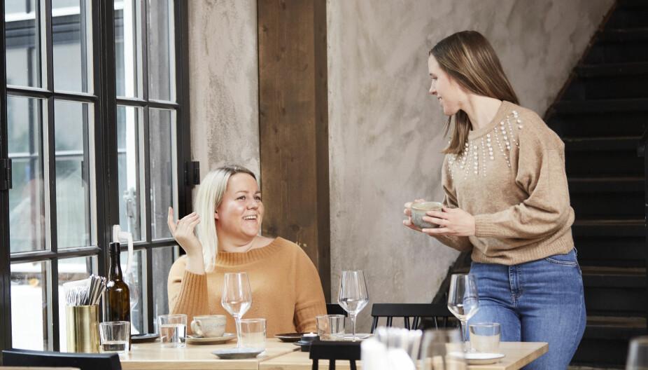 PÅ KAFÉ: Før de meldte seg inn i Hey girl! synes både Annicka (t.v) og Camilla det var krevende å få nye venner i voksen alder. Helt ulike livssituasjoner, hvor mange var etablert med mann og barn, gjorde det vanskelig å finne tid til å treffes. Begge hadde lyst til å få større nettverk, nye venner de kunne finne på ting sammen med.