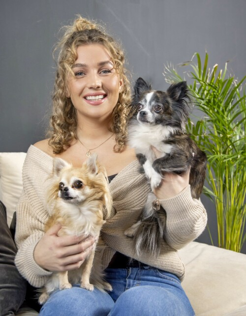 GOOD COMPANY: Karianne Vilde thinks it was good to meet the dogs Chanel and Khloe again after many weeks on the farm.