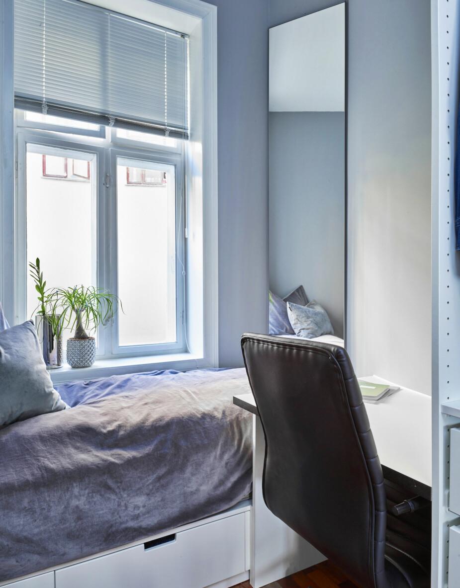 COMODINO: Innanzitutto, un letto singolo Norli dell'Ikea, con tre cassetti sotto, è stato montato prima che la scrivania e lo spazio del guardaroba venissero sistemati.  Una scala è stata sacrificata nella battaglia dello spazio.  A