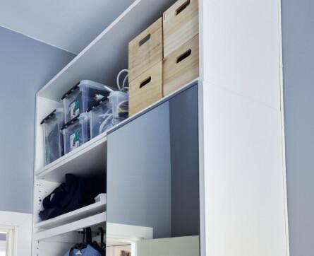 Ripiani aggiuntivi: armadi senza ante, per risparmiare spazio e facilitare l'accesso all'armadio, che viene utilizzato quotidianamente.  Le unità Pax più alte dell'Ikea erano quasi piccole nella stanza alta, quindi sono stati aggiunti scaffali aggiuntivi.  Utilizzare scaffali piuttosto che impilare semplicemente in scatole è conveniente per evitare la polvere.  Inoltre, consente di riporre piccole scatole.
