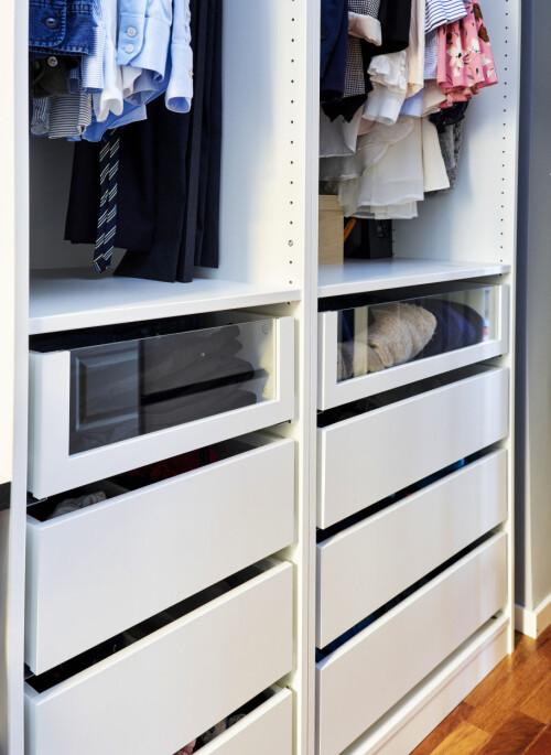 Senza ante: la combinazione di cassetti e cassetti stretti con frontale in vetro rende l'interno dell'armadio pensieroso, il che è una mossa intelligente se non si hanno le ante.