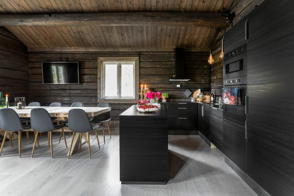 Ranvig wilde een eenvoudige keuken en in Finn vond ze dit zwarte decor dat ze voor 4.500 kronen kochten - inclusief koelkast, vriezer en vaatwasser.