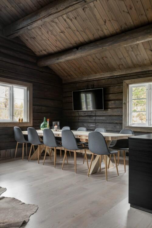 De grote eettafel is door Ivar zelf gemaakt.  Toen de familie hier oudejaarsavond vierde, ontbrak het aan zitplaatsen, en aangezien Skeidar destijds tien van deze grijze stoelen in de aanbieding had, zijn deze geworden.