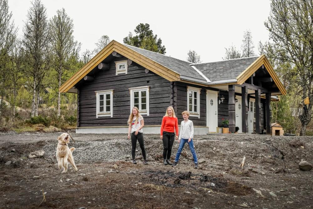 De hut was begin 2018/2019 klaar voor bewoning.  Hier spelen Ranvig en kinderen Albertine en Denise eerst met de hond.