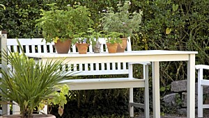 Slik rengjør du hagemøbler i tre
