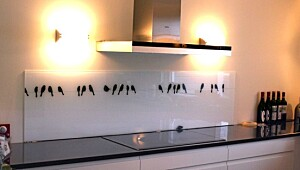 Glassplate på kjøkkenveggen