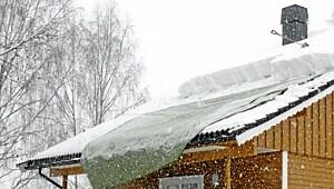 Presenningen hjelper snøen ned fra taket
