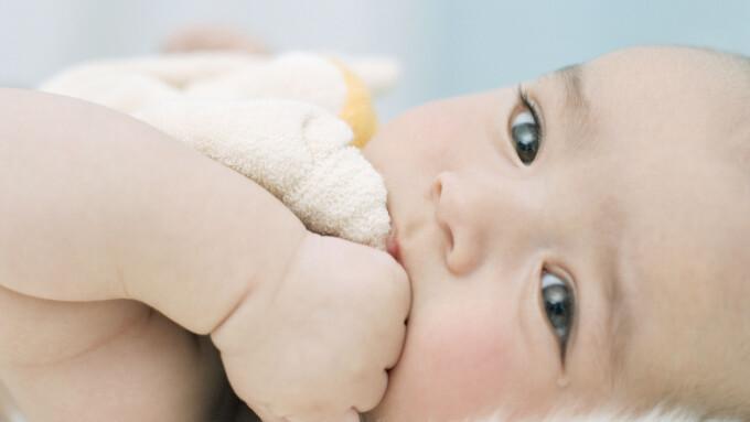 f40f7a8b En baby kan absolutt bli overopphetet av å ligge på lammeskinn