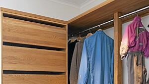Garderoben er delt inn til voksne og barn