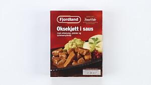 Oksekjøtt i saus med ertestuing, poteter og tyttebærsyltetøy