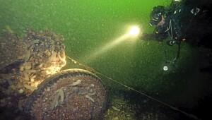 Johnny Haglund dykker på restene etter